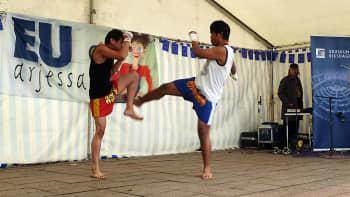 Thainyrkkeilijät kamppailevat.