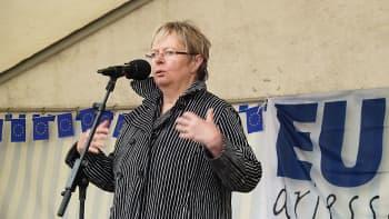 Liisa Jaakonsaari puhuu mikrofoniin.