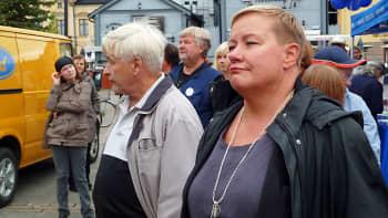 Sirpa Pietikäinen seisoo yleisössä.