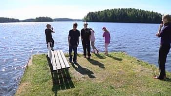 Lapset ovat tutustumassa Sorjan kesäsiirtolan uimarantaan.