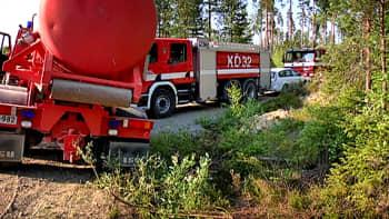 YLEn mediatoimittajan ja hälytysajossa olleen paloauton kohtaaminen kapealla metsätiellä.