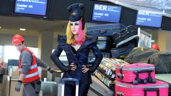 Lady Gaga -vahanukke matkalaukkupinon keskellä keskeneräisellä lentoasemalla.