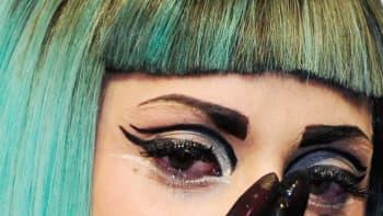Lady Gaga pyyhkii kyyneliään.