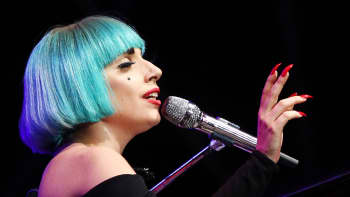 Lagy Gaga esiintymässä lavalla.