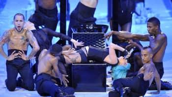 Lagy Gaga lavalla miestanssijoiden ympäröimänä.