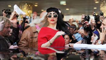 Lady Gaga fanien ja kuvaajien piirittämänä.