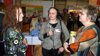 Milla Paloniemi (vas) ja Tuula Nyström Minna Isotalon haastattelussa.