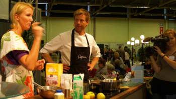 Sanna Miettunen ja Aki Wahlman kokkailevat yleisön edessä.
