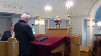 Palvelus synagogan pääsalissa.