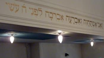 Synagogan pääsalin seinäkirjoitus.