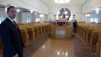 Turun juutalaisen seurakunnan puheenjohtaja Tomer Huhtamäki synagogan pääsalissa.