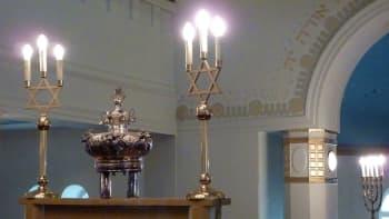 Kuvassa synagogan pääsalin esineitä.