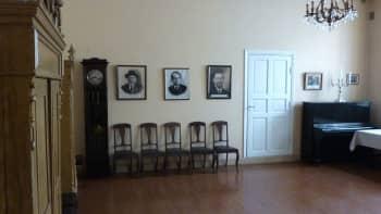 Turun juutalaisen seurakunnan synagogan seinällä on rabbien kuvat.