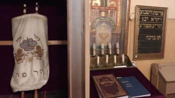 Kuvassa Turun juutalaisen seurakunnan synagogassa oleva toora-käärö