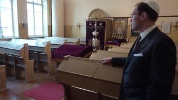 Synagoga on sanana kreikkalaista perua, muta rakennuksesta käytetään myös saksalaistaustaista shul-nimitystä. Tomer Huhtamäen mukaan se korostaa oppimispyrkimystä.