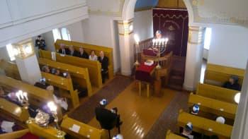 Presidentti Sauli Niinistö puhuu Turun juutalaisen synagogan pääsalissa.