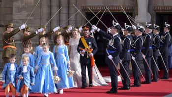 Prinssi Guillaume ja kreivitär Stéphanie sotilaiden muodostamassa kunniakujassa.
