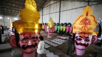 Taiteilija viimeistelee paholaiskuningas Ravanan päätä Dussehra -festivaaleja varten Phobalissa Intiassa 20. lokakuuta.