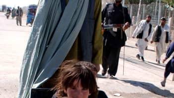 Afganistanilaisperhe pakeni maastaan Pakistanin puolelle 20. lokakuuta.