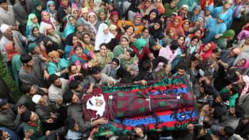 Intiassa surmatun Farooq Ahmadin hautajaisiin osallistui runsaasti ihmisiä 20. lokakuuta.