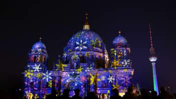 Berliner Dom eli Berliinin tuomiokirkko hohtaa sinisenä ja lumihiutalekuvioisena Valojen festivaaleilla 18. lokakuuta.