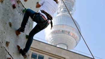 Nainen kiipeää kiipeilyseinällä Berliiinin Alexanderplatzilla 20. lokakuuta.