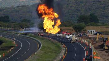 Palomiehet ja öljy-yhtiön edustajat yrittävät sammuttaa liekkeihin syttynyttä ja rikkoontunutta kaasuputkea Meksikossa 19. lokakuuta.