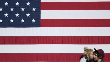 Nuorimies sai suukon tyttöystävältään Amerikan lipun edessä, kun he odottelivat presidentti Barack Obaman saapumista vaalitilaisuuteen Manchesterissa New Hampshiren osavaltiossa 18. lokakuuta.