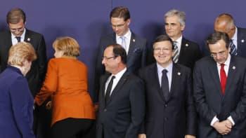 Saksan liittokansleri Angela Merkel erottui oranssissa takissaan Euroopan johtajien kohdatessa Brysselissä 18. lokakuuta.