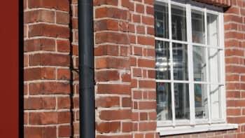 tiiliseinää ja Galleria Puuvillan ikkuna