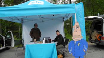 Pekka Autio ja vieras ylen teltalla Konnevedellä