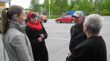 Heli ja Marika juttelemassa vieraiden kanssa Konnevedellä