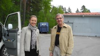 Marika Paaso ja Reijo Rantanen seisovat auton vieressä.