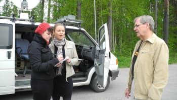 Heli Kaski, Marika Paaso ja Reijo Rantanen seisovat lähetysauton vieressä.