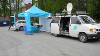 Ylen teltta ja lähetysauto Konneveden keskustassa