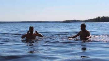 Eero Ylitalo ja Arvo Vuorela järvessä.