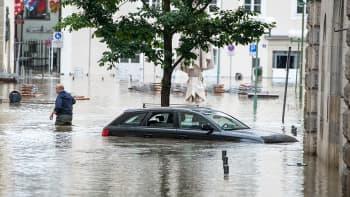 Tulvaveden saartamaksi jäänyt auto.
