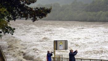 Ihmiset ottavat kuvia tulvivasta Reinjoesta.