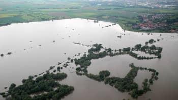 Tulvavesi peittää laajoja alueita.