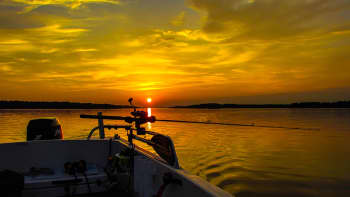 Kalastusvene auringonlaskussa.