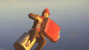 Haitarinsoittaja tippuu järveen.