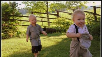 Kaksi pikkupoikaa juoksee pihalla.