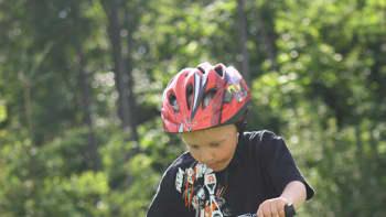 Poika ajaa pyörällä