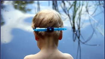 Poika menossa uimaan