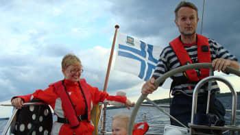 Perhe purjeveneen kyydissä