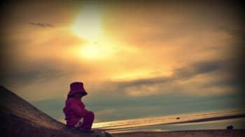 Tyttö rantakalliolla