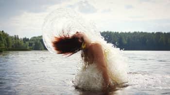 Nainen nousee vedestä