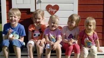 viisi sisarusta istuvat pituusjärjestyksessä