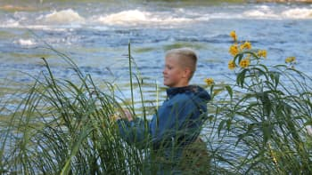 Poika kalastamassa