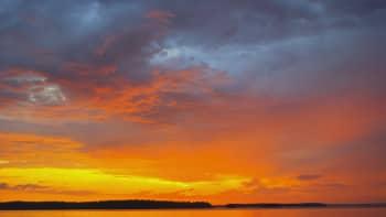 Auringonlasku järvimaisema